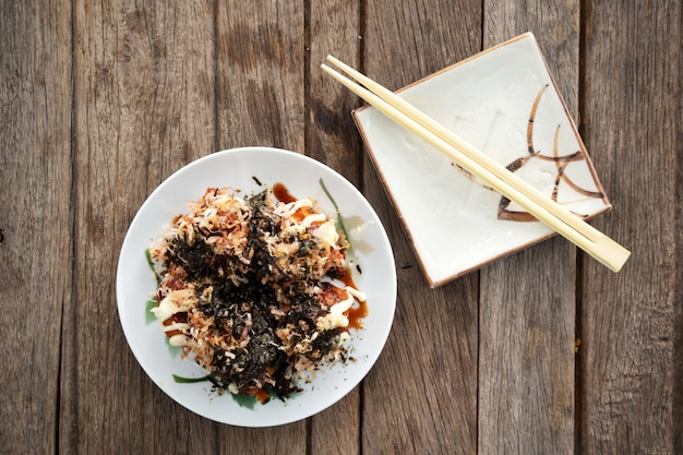 Takoyaki. tintenfisch mit gemüse und mehlknödel grill. lieblings vorspeise japanisches essen.