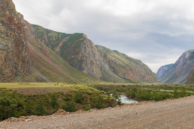 Tal der malerischen landschaft chulyshman river altai mountains