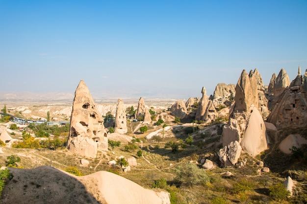 Tal der tauben panoramablick nahe uchisar burg im sonnenaufgang, kappadokien, türkei