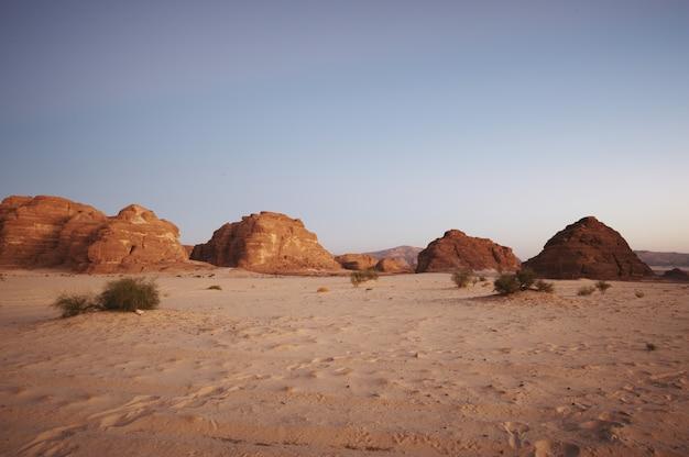 Tal in der sinai-wüste mit bergen und sonne