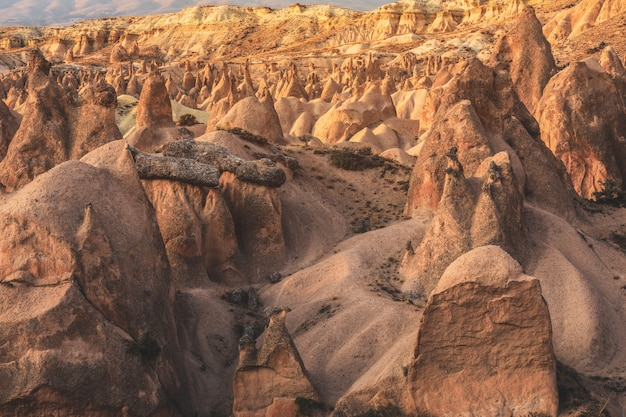 Tal mit den sandigen bergen von kappadokien. fantastische landschaft.