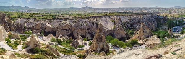 Tal voller einzigartiger felsformationen in kappadokien, türkei