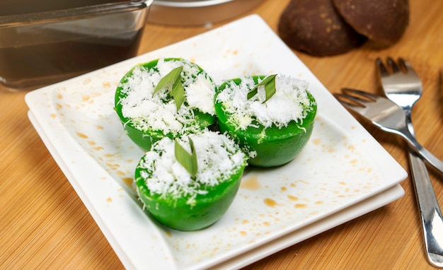 Talam-kuchen aus pandanblättern und kokos ist ein traditioneller snack aus indonesien