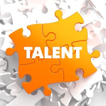 Talent auf orange puzzle auf weißem hintergrund.