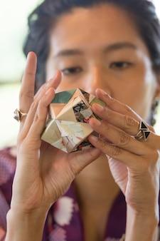 Talentierte frau macht origami mit japanpapier