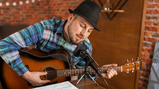 Talentierter mann mit mittlerem schuss, der singt