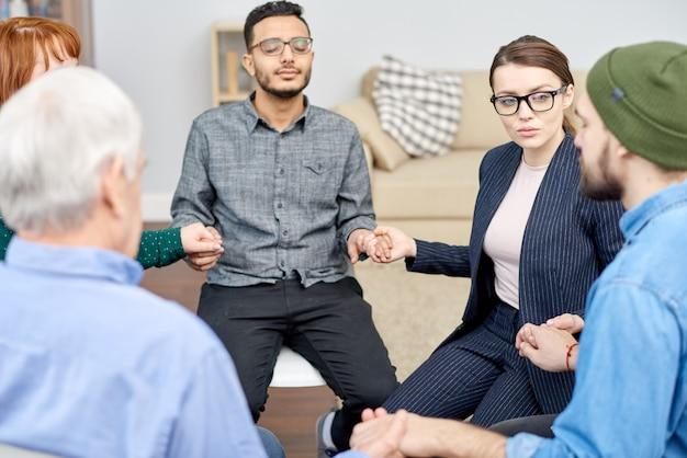 Talentierter psychologe, der eine gruppentherapiesitzung durchführt