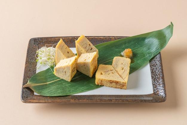 Tamagoyaki, japanisches süßes gerolltes omelett - japanischer essensstil