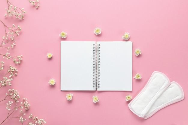 Tampons, damenbinden und leeres papier