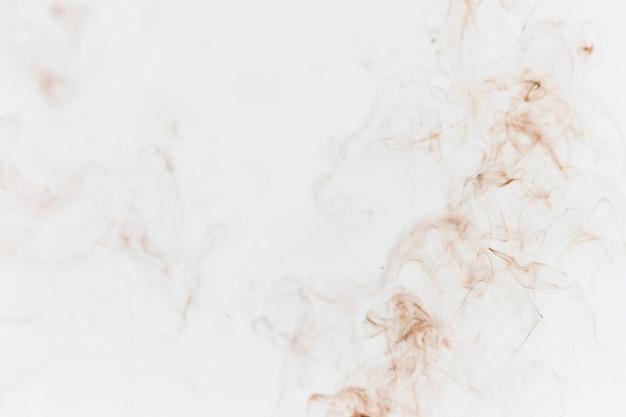 Tan rauch auf weißem hintergrund