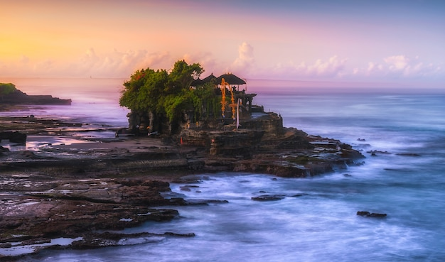 Tanah lot temple bei sonnenaufgang in bali, indonesien.