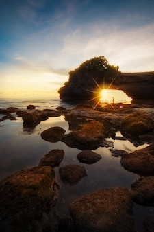 Tanah lot temple bei sonnenuntergang in bali, indonesien.