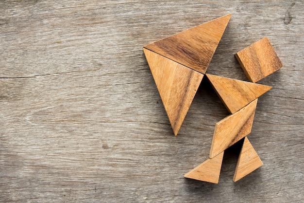 Tangram puzzle im mann halten regenschirm