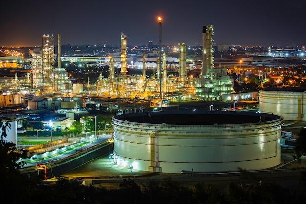 Tank-rohöl-szene der raffinerieanlage und turmspalte des abends...