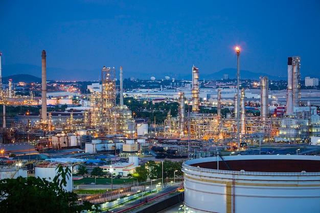 Tank-rohöl-szene der raffinerieanlage und turmspalte des abendsâ € sonnenuntergang petrochemie-industrie auf der baustelle.