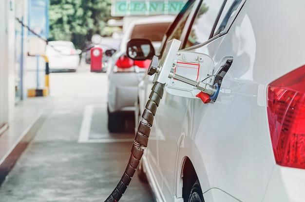 Tanken sie das erdgasfahrzeug (ngv) an der station auf
