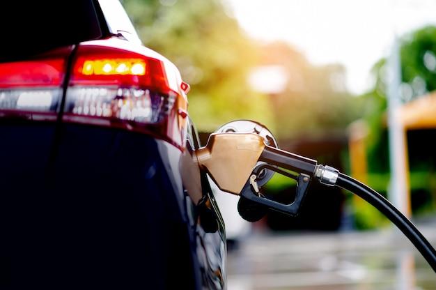 Tanken sie den kraftstoff ihres autos an tankstellen selbst auf. für eine stromlinienförmige fahrt beim autofahren unterwegs