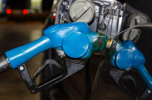 Tanken von dieselkraftstoff in autos in der nacht