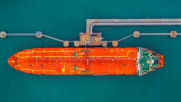 Tankerschiffladen in der hafenansicht von oben, logistisches importexportgeschäft des tankerschiffs