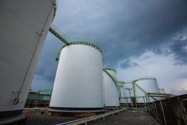 Tanklager der chemischen industrie aus kohlenstoffstahl der tank im wolkensturm.