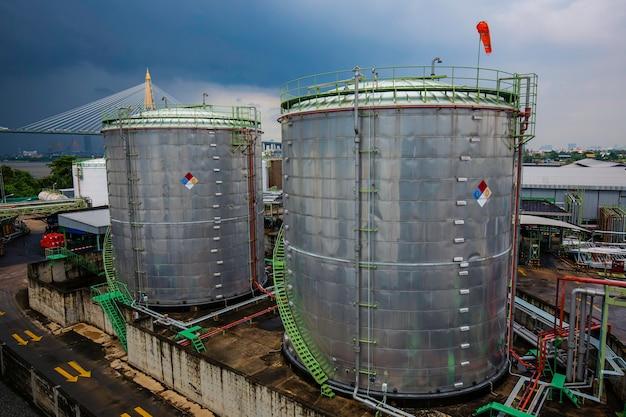 Tanklager der chemischen industrie isoliert den tank im wolkensturm.