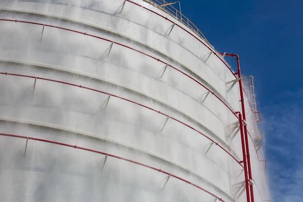 Tanks propangas mit wassersprühfeuerlöscher und kühlsystem.