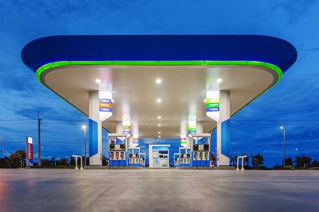 Tankstelle im blauen nachthimmel