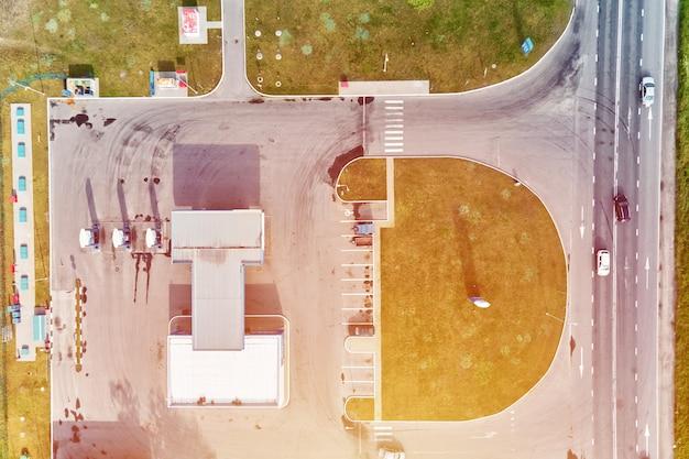 Tankstelle in der nähe der autobahn mit luftaufnahme der fahrenden autos