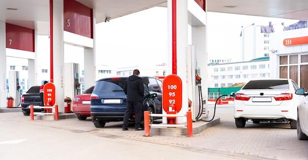 Tankstelle mit autos, die darauf tanken