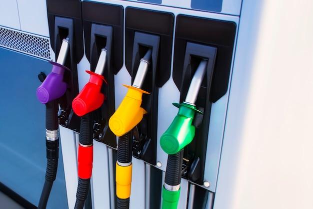Tankstelle mit diesel- und benzinkraftstoff. tanken pistole nahaufnahme.