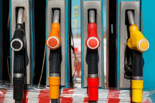 Tankstelle mit kraftstoff betanken tankpistole einer zapfsäule tankstelle