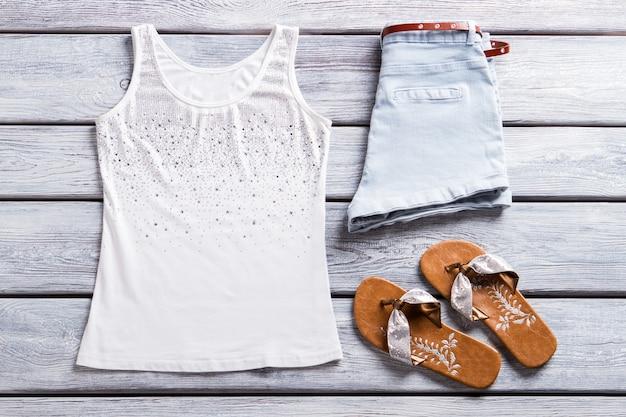 Tanktop und flip-flops shorts mit gürtel und schuhen neue kollektion von sommerbekleidung qualität...