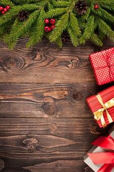 Tannenbaum und geschenkboxen auf dunkelbraunem holzhintergrund