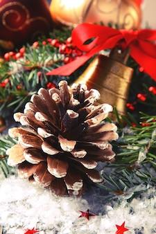 Tannenzapfen mit weihnachtsdekoration und schnee
