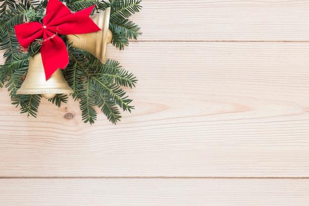 Tannenzweig mit weihnachtsglocken