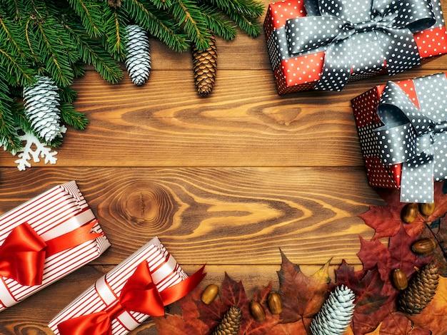 Tannenzweige auf dem holzbrett. verpackte geschenkboxen. weihnachten und neujahr konzept