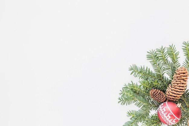 Tannenzweige mit hindernissen und weihnachtskugel