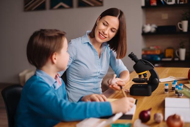 Tante und neffe machen zusammen hausaufgaben