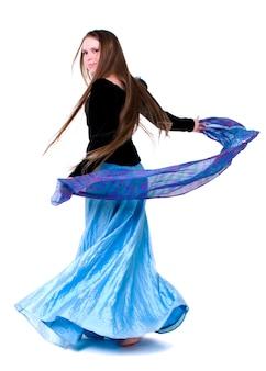 Tanzen der jungen frau gegen weißen hintergrund