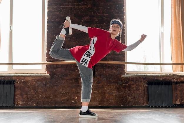 Tanzen der jungen frau im tanzstudio