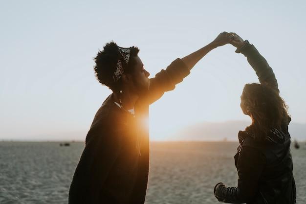 Tanzen des glücklichen paars am strand