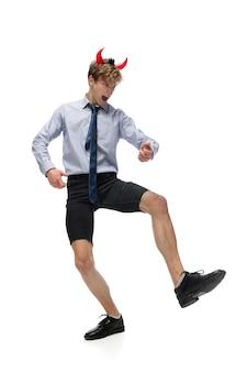 Tanzen. glücklicher junger mann, der in freizeitkleidung oder anzug tanzt und legendäre bewegungen und tänze von prominenten aus der kulturgeschichte neu macht. getrennt auf weiß. aktion, bewegung, ruhm-konzept. kreative beschäftigung.