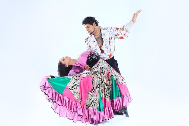 Tanzen sie duo, das einen zigeunertanz auf weiß durchführt.