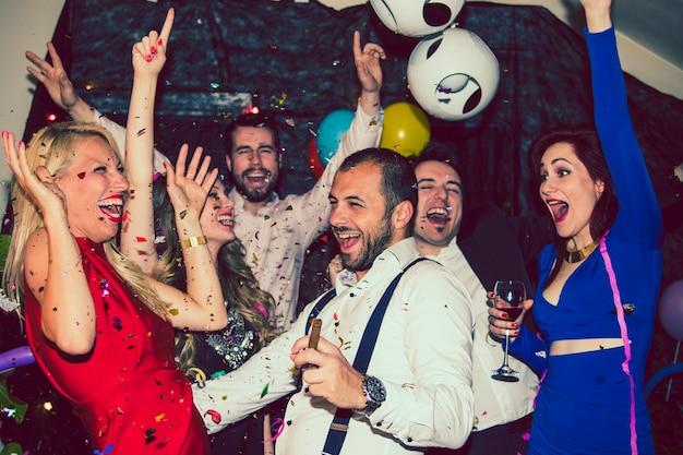 Tanzen und feiern mit konfetti