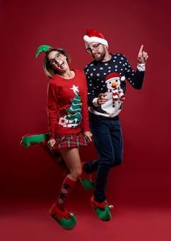 Tanzen und weihnachtspullover isoliert tragen