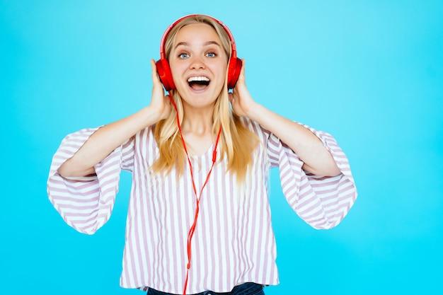 Tanzende frau hört musik in kopfhörern