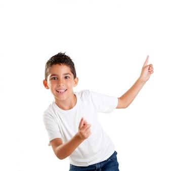 Tanzende glückliche kinder scherzen jungen mit den fingern, die auf weiß lokalisiert werden