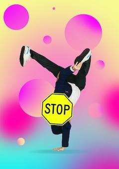 Tanzender mann unter der leitung von schild stop. atmen sie durch, bevor sie gewinnen. modernes design. zeitgenössisches kunstwerk, collage mit verkehrszeichen und seinen neuen sinnen. konzept der mode, des geschäfts, der selbstentwicklung.