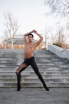 Tanzendes ballett des gutaussehenden mannes