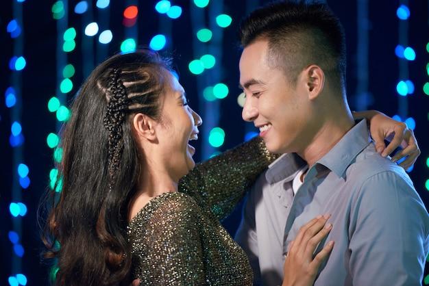 Tanzendes paar auf der party